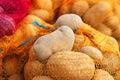 自然有机土豆散装在农夫市场上 库存照片
