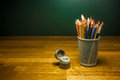 色的铅笔和铅笔刀在桌上 库存照片