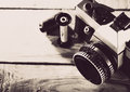 葡萄酒 mm影片在木书桌的照片照相机 免版税库存图片