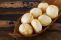 西人snack pao在柳条筐的de queijo 乳酪面包 图库摄影