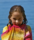 逗人喜爱的被包裹的女孩微笑的毛巾 图库摄影