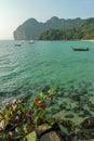 酸值mook与停住的小船的海岛海湾 库存照片