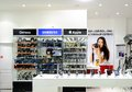 阿斯特拉罕,俄罗斯  月 日:地方照片和 动设备商店 苹果计算机和三星设备互相 近 免版税库存图片