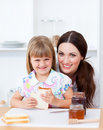 面包逗人喜爱的吃的女孩她的母亲片&# 库存照片