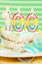 100 cumpleaños o torta del aniversario Imagenes de archivo