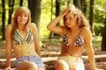 2 junge entspannende Frauen Lizenzfreie Stockfotografie
