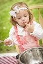 Aanbiddelijke meisje speelchef kok cooking Stock Foto