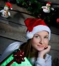 Aantrekkelijke santa girl dreaming aanwezige kerstmis Stock Fotografie