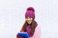 Aantrekkelijke student smile teenage girl in roze de omslagpotlood van de hoedenholding Stock Foto