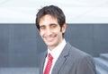 Aantrekkelijke zakenman met zwart haar buiten het lachen bij camera Stock Foto