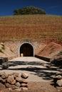 Abhangeingang wine Höhle Stockfotos
