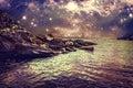 Abstraktní skalnatý pobřeží more a nebe