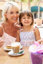 Abuela con la nieta que goza del café Foto de archivo libre de regalías