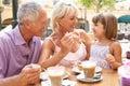 Abuelos con la nieta que goza del café Imágenes de archivo libres de regalías