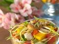Acajounuss und Sojabohnensprosse auf Salat Stockfoto