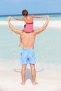 Achtermening van het strandvakantie van vadercarrying daughter on Stock Afbeeldingen