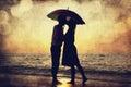 Acople o beijo sob o guarda-chuva na praia no por do sol. Foto em o Fotografia de Stock