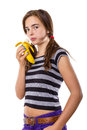 Adolescente mangeant une banane d isolement sur le blanc Photos stock