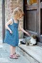 Rozkošný šťastný malý a mačka