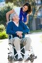Dospelý tlačenie v invalidný vozík