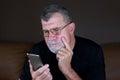 Adulto hombre su móvil