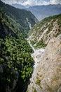 Letecký pohľad z rieka cez les v vysokohorský údolie v