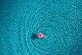 Di giovane donna su rosa nuotare anello