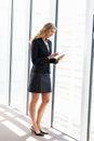 Affärskvinna using digital tablet Royaltyfria Bilder