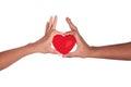 Afrikaanse Man en vrouw die rood die hart in handen houden op whi worden geïsoleerda Stock Fotografie