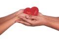 Afrikaanse Man en vrouw die rood die hart in handen houden op whi worden geïsoleerda Stock Afbeelding