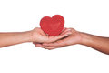 Afrikaanse Man en vrouw die rood die hart in handen houden op whi worden geïsoleerdr Royalty-vrije Stock Foto's