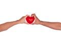 Afrikaanse Man en vrouw die rood die hart in handen houden op whi worden geïsoleerdt Royalty-vrije Stock Foto's