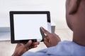 Afrikaanse persoonszitting met digitale tablet Stock Fotografie