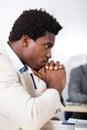 Afrikanischer geschäftsmann looking at laptop Stockfotografie