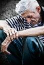 Edad y triste viejo hombre