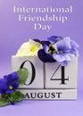 Ahorre el calendario de bloque blanco de la fecha para el de agosto día internacional de la amistad vertical Imagen de archivo