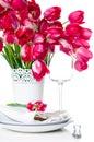 Ajuste da tabela do feriado com tulipas cor de rosa Fotos de Stock