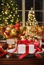 Ajuste festivo da tabela com o presente vermelho da fita Imagens de Stock Royalty Free