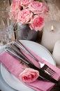 Ajuste festivo da tabela do vintage com rosas cor de rosa Imagens de Stock Royalty Free