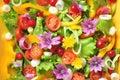 Alkalische kleurrijke salade met bloemen fruit en groenten Royalty-vrije Stock Foto's