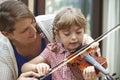 Allievo di helping young female dell insegnante nella lezione di violino Fotografia Stock Libera da Diritti