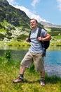 Alpinista con l'escursione dello zaino Fotografia Stock Libera da Diritti