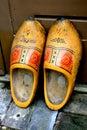 Alte gelbe hölzerne Schuhe Stockfoto