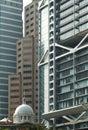 Altes Gebäude unter modernen Wolkenkratzern Stockfotografie
