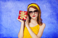 American redhead girl in sunglasses with gift. Royalty Free Stock Photos