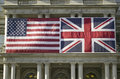 Amerikanische flagge flach angebracht nahe bei verband jack british flag Lizenzfreie Stockbilder