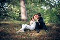 Amour et affection entre un jeune couple au parc Photos stock