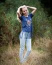 Angel white teenage girl in hermoso un campo Imagenes de archivo