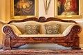 Antikes Sofa vom historischen Weinzustand Lizenzfreies Stockbild