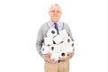 Anziano che porta un mucchio della carta igienica Fotografie Stock Libere da Diritti